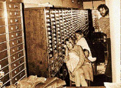 Ο Κλαρκ Όλοφσον με δύο από τις γυναίκες ομήρους στην τράπεζα της Στοκχόλμης