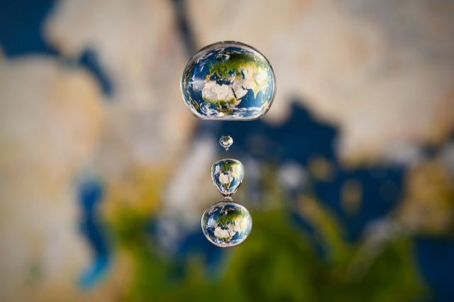 Εικόνες με τρεις σταγόνες που πέφτουν, μέσα τους σχηματίζεται η γη.