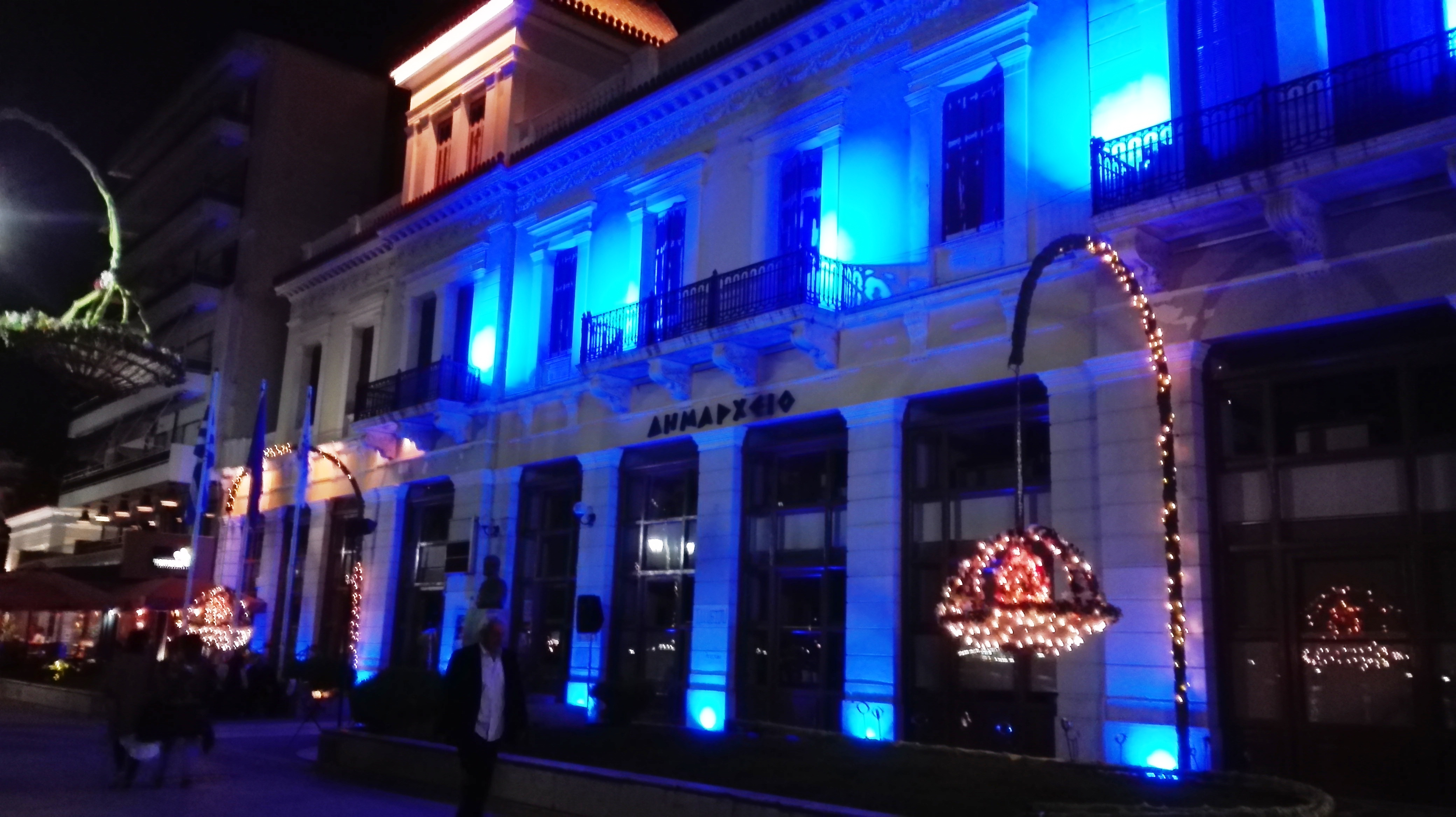 LIGHT IT UP BLUE από το Ειδικό Νηπιαγωγείο Χαλκίδας στο κτήριο του Δημαρχείου.